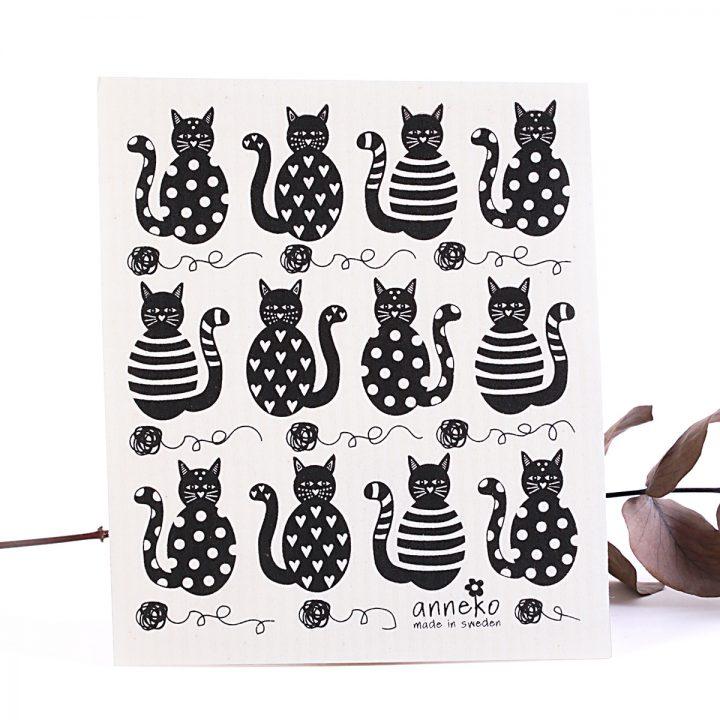 čierne mačky s klbkom vechtík prírodná hubka na utieranie