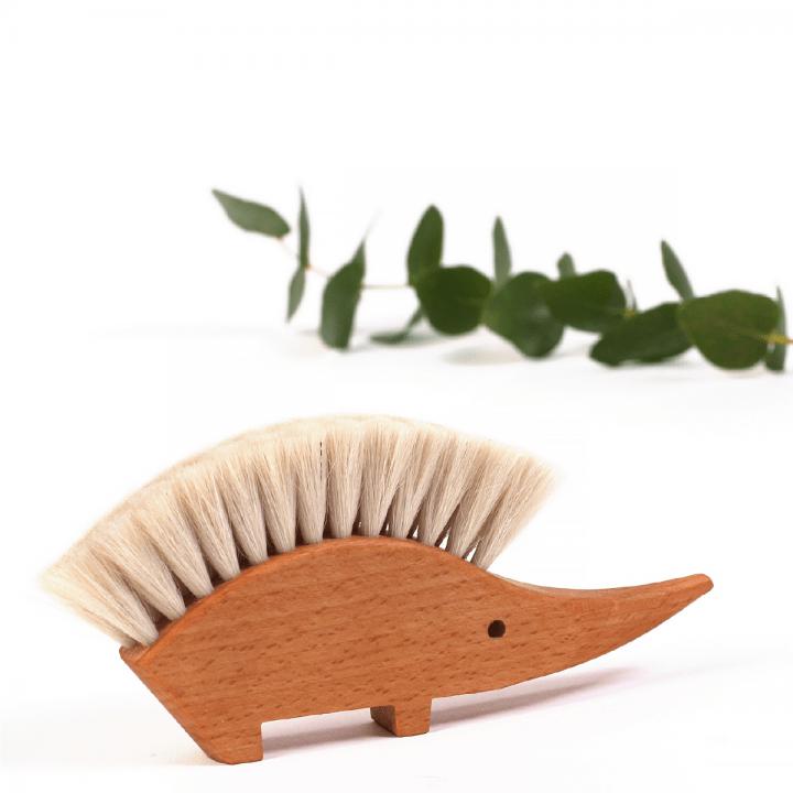 eko vybavenie domácnosti prírodná metlička na omrvinky biely ježko