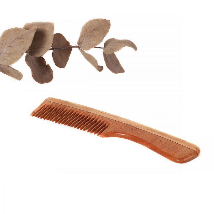 prírodný drevený hrebeň na vlasy s rúčkou